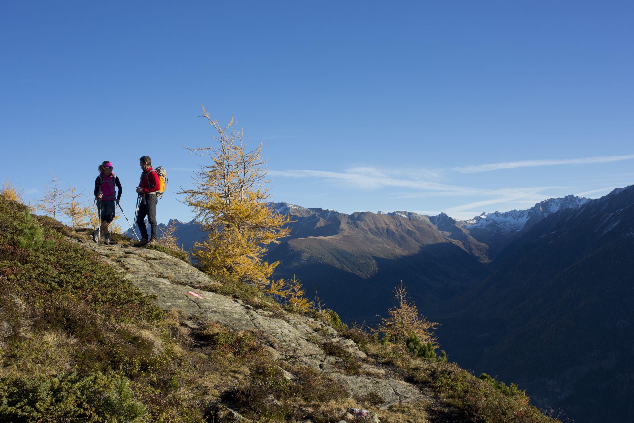 Wanderer oberhalb der Stabelealm am Fünf-Seen-Weg in Längenfeld, © Ötztal Tourismus, Bernd Ritschel