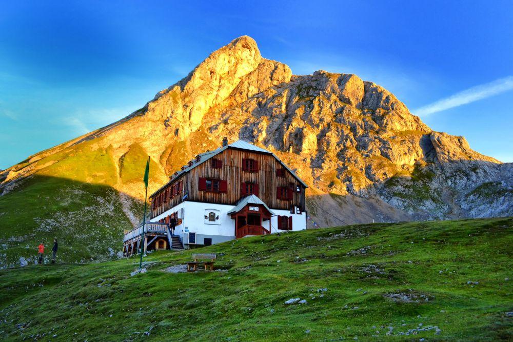 Guttenberghaus am Morgen mit Eselstein im Hintergrund, © Guttenberghaus