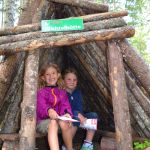 Nehmt Platz in der Wichtelhütte – eine der ersten Stationen auf Flori's Erlebnispfad