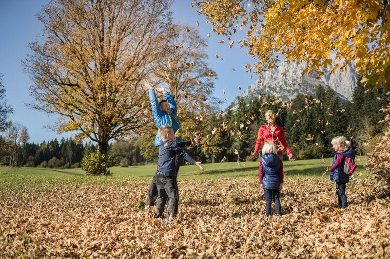 Familie Wandern im Herbst, © Wilder Kaiser, Felbert_Reiter