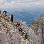 Gruppe mit Blick auf Bergwelt, © Wilder Kaiser Tourismus, Schonner Roland