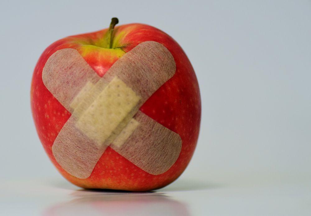 Apfel mit Pflaster©Pixabay