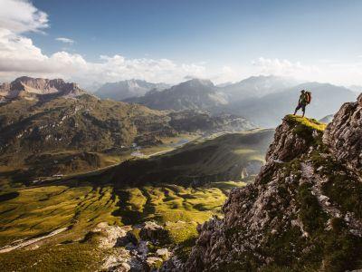 Felsvorsprung am Widderstein mit Kalbelesee und Hochtannbergpass, © Warth-Schröcken Tourismus, Fotograf Sebastian Stiphout