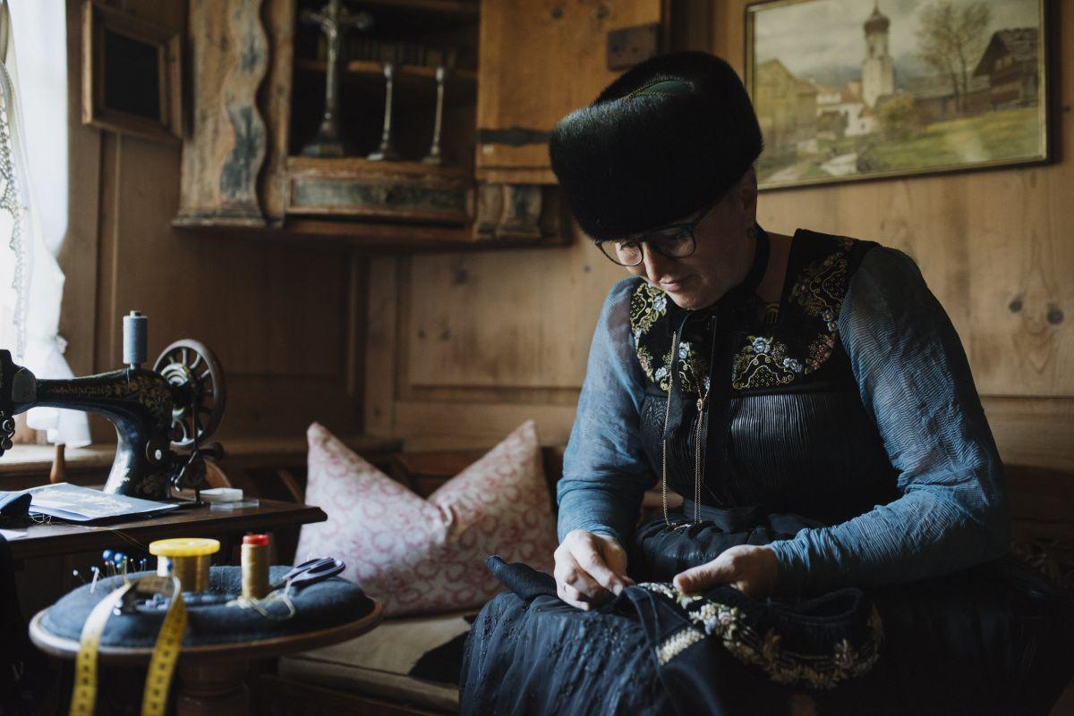 Juppenmacherin bei der Arbeit © Jana Sabo, friendship.is