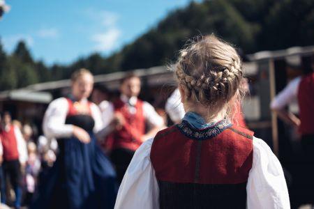 Mädchen in der Juppe im Bregenzerwald © Ian Ehm, friendship.is