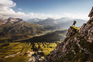 Felsvorsprung am Widderstein mit Kalbelesee und Hochtannbergpass (c)Warth-Schröcken Tourismus_Fotograf Sebastian Stiphout-2070_web