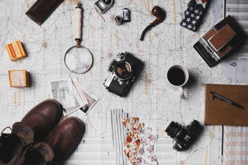 Polaroid Fotos und Wanderuntensilien, Unsplash