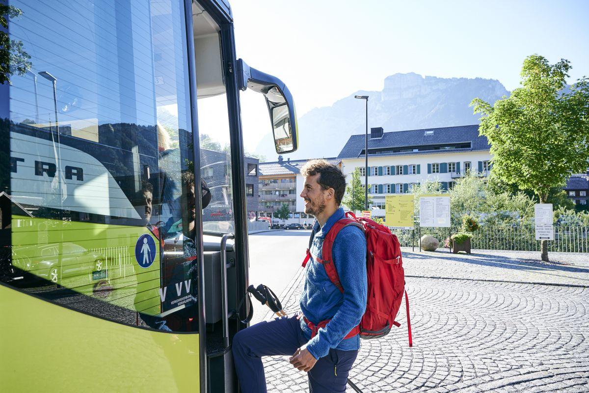 Wanderer steigen in den Bus ein © Alex Kaiser - Bregenzerwald Tourismus (2).jpg