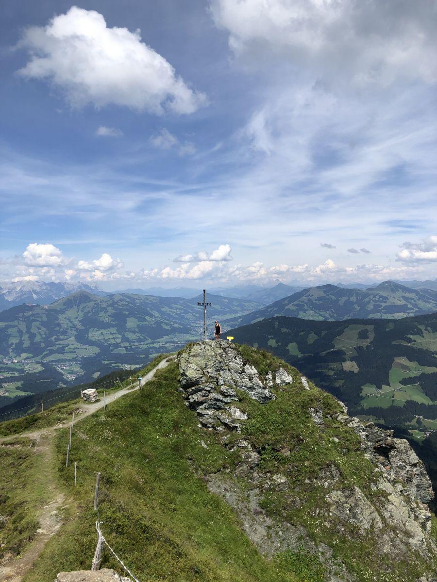 allein_auf_dem_Feldalphorn_Gipfel_mit_Kreuz_Wildschönau_(c)bea_froehlich