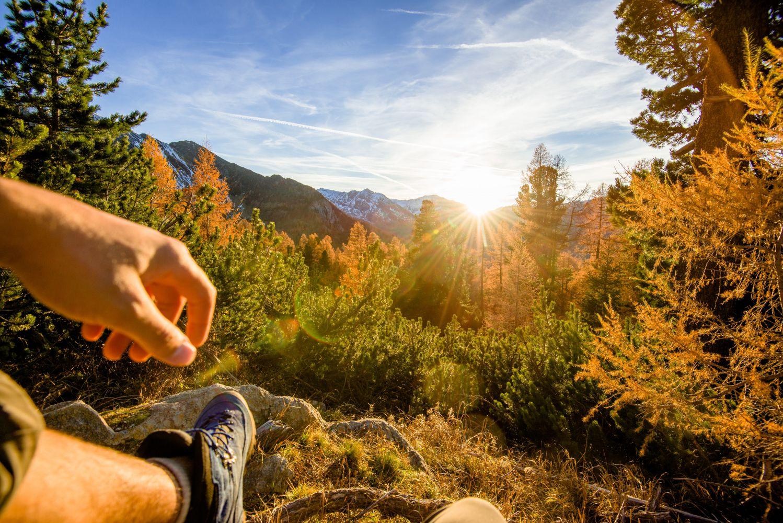 Goldbraune bis bordeauxrote Wälder und darüber die mächtigen Gipfel die schon weiß angezuckert sind.