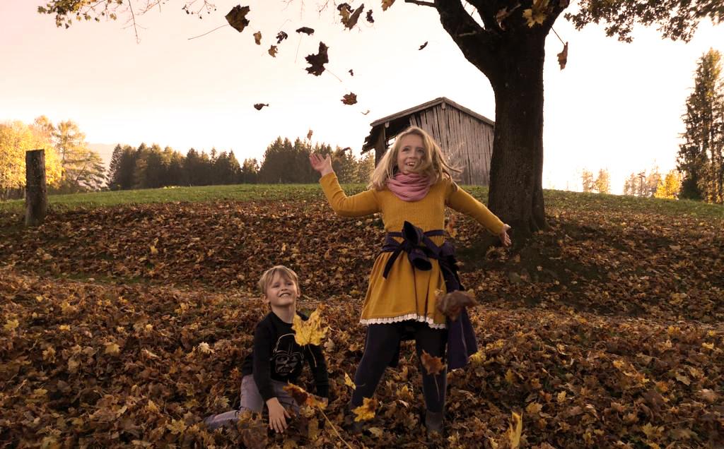 Gemeinsam mit den Kids durch das bunte Herbstlaub toben.