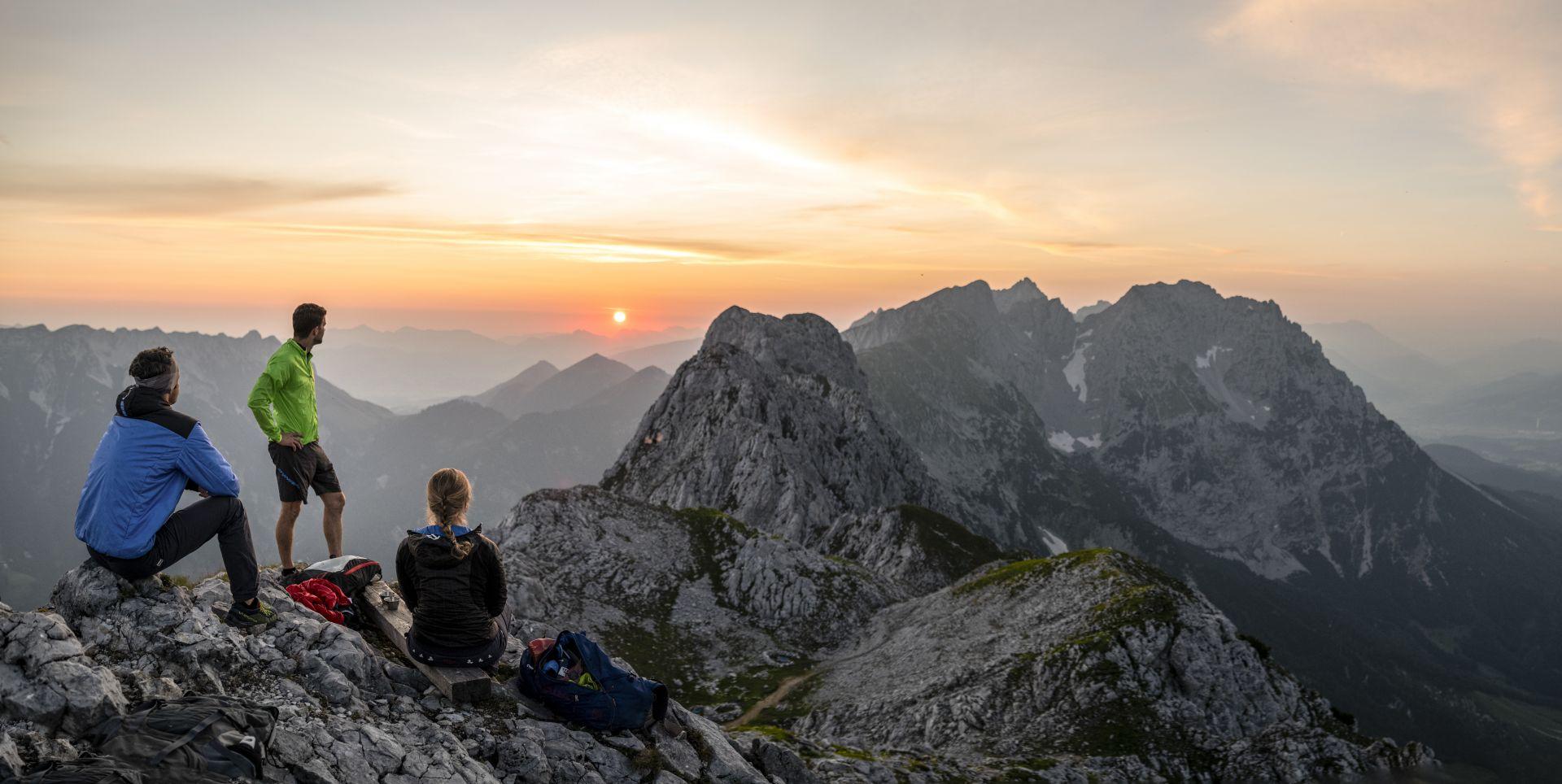 Ein tiefroter Feuerball erscheint am Horizont, der langsam immer größer wird. Der erste Sonnenstrahl trifft auf das Gesicht und lässt den kalten Wind vergessen.