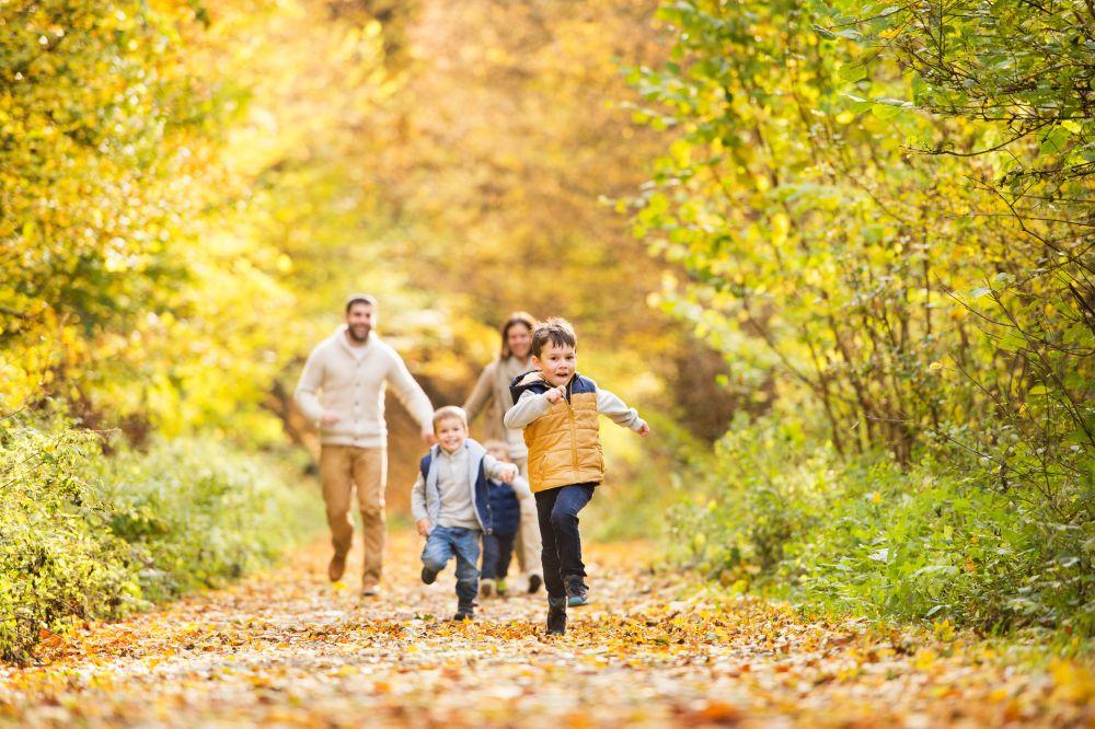 Familie im Herbst © shutterstock