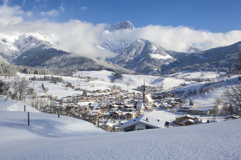 Ausblick auf das winterliche Dorf