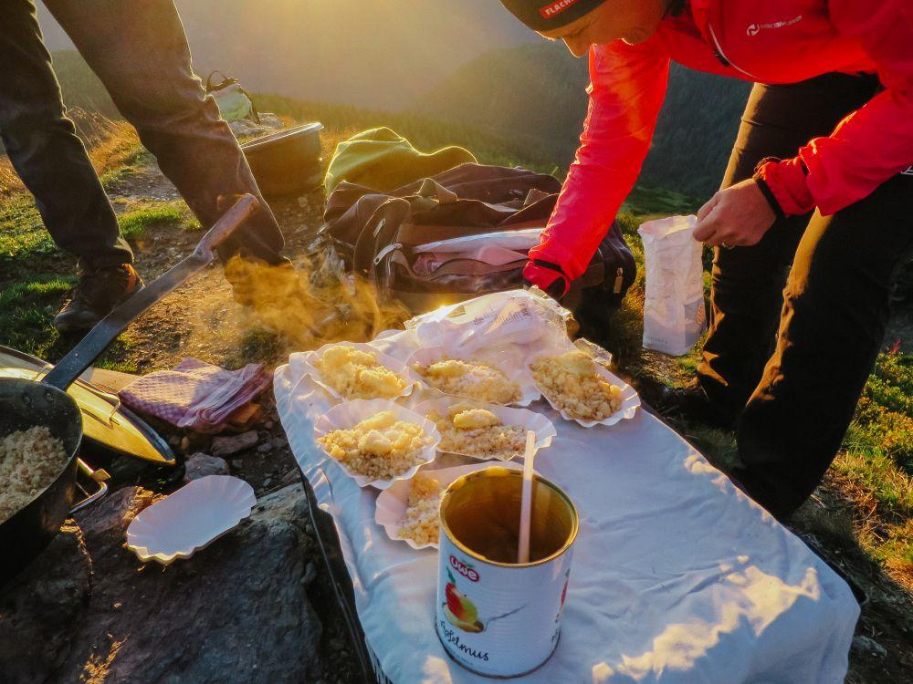 Frühstücksvorbereitung bei einer Sonnenaufgangswanderung in Flachau