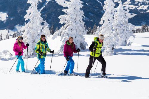Filzmoos-Schneeschuhwander-(c)-CoenWeesje